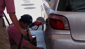 Tankstellearbeitskräfte Stockfotos