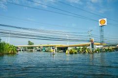 Tankstellen während seiner falschsten Überschwemmung stockfotografie