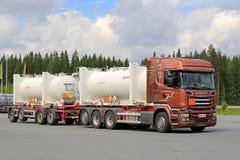 Tankwagen Scanias R520 Euro-6 unterwegs Lizenzfreies Stockbild