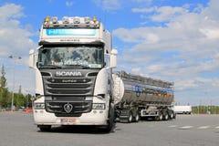 Tankwagen Scanias R620 verlässt Fernfahrerrastplatz Lizenzfreie Stockfotos