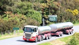 Tankwagen und Anhänger auf Straße nahe Stillwater, NZ Stockbild