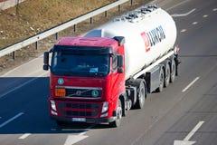 Tankwagen Volvos FH Lukoil Lizenzfreie Stockfotos