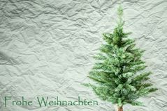 Tannen-Baum, zerknitterter Papierhintergrund, Frohe Weihnachten bedeutet frohe Weihnachten Lizenzfreies Stockfoto