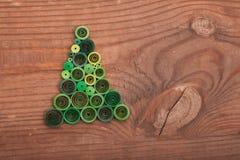 Tannenbäume gemacht mit Rüschentechnik auf einer Holzoberfläche Lizenzfreie Stockfotografie