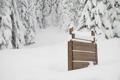 Tannenbäume mit Schnee und Zeichen auf Recht Lizenzfreie Stockfotografie