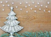 Tannenbaum auf hölzernem Hintergrund stockfoto