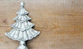 Tannenbaum auf hölzernem Hintergrund stockbild