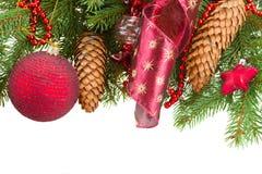 Tannenbaum mit roten Weihnachtsdekorationen und -kegeln Stockfotos