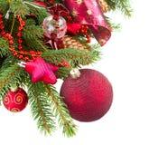 Tannenbaum mit roten Weihnachtsdekorationen und -kegeln Stockbilder