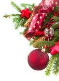 Tannenbaum mit roten Weihnachtsdekorationen und -kegeln Stockfotografie