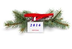 Tannenbaumniederlassung und Aufkleber mit einem Aufschrift 2016 neuen Jahr, wi Lizenzfreies Stockbild