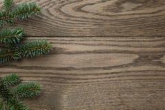 Tannenzweig auf beflecktem eichenem Tisch von oben lizenzfreies stockfoto