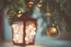 Tannenzweig mit Baumdekorationen und -lichtern in der Laterne lizenzfreie stockfotos