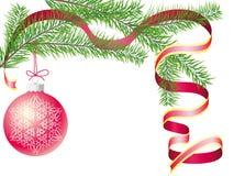 Tannenzweig mit einer Weihnachtskugel und einem roten Farbband Lizenzfreies Stockbild