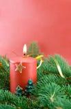 Tannenzweig und Weihnachtskerze stockfoto