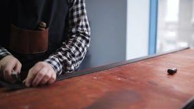 Tanner fonctionnant dans le studio avec l'objet pour la fabrication de la ceinture en cuir clips vidéos