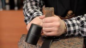 Tanner mette sopra la marca della cinghia di cuoio del produttore Procedura per la fabbricazione di cinghie di cuoio archivi video