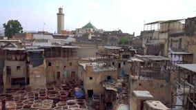 Tannerie en cuir de traitement traditionnelle dans Fes, Maroc image stock