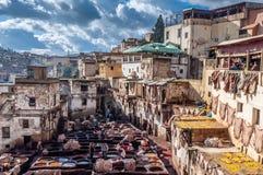Tannerie en cuir traditionnelle à Fez, Maroc Image stock
