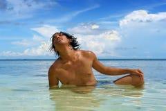 Tanning no mar na praia tropical Fotos de Stock