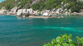 Tanote海湾在晴天 在beautiffull珊瑚礁的起波纹的海洋水 在蓝色海湾的潜水者实践 酸值陶 股票视频