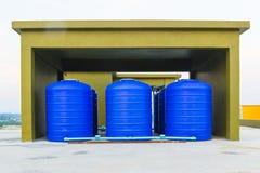 Tanque de água plástico azul imagem de stock