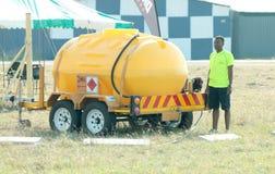 Tanque de abastecimento móvel usado para abastecer aviões no evento fotos de stock