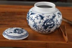 Tanque de armazenamento azul e branco da porcelana Fotografia de Stock Royalty Free