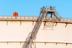 Tanque de armazenamento do óleo bruto com escadas Imagem de Stock Royalty Free