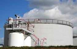 Tanque de armazenamento do petróleo em uma refinaria de petróleo Fotografia de Stock