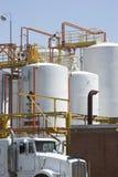 Tanque de armazenamento e caminhão de petroleiro químicos imagens de stock