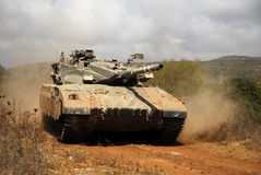 Tanque de batalla principal de Merkava en el entrenamiento Imagen de archivo