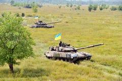 Tanque de batalla principal debajo de la bandera ucraniana Foto de archivo libre de regalías
