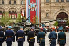 Tanque de batalla principal T-90 y soldados Fotografía de archivo