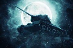 Tanque de guerra à vista da Lua cheia Imagem de Stock