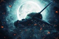 Tanque de guerra à vista da Lua cheia Imagens de Stock