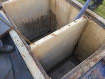 Tanque de limpeza da armadilha de graxa ao tanque da água de esgoto na fábrica imagem de stock