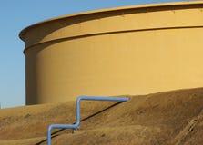 Tanque de petróleo da refinaria Fotos de Stock Royalty Free