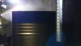 Tanque de pintura automatizado moderno das tampas de máquina com pintura azul vídeos de arquivo