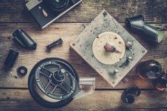 Tanque de revelado con sus rollos de película, carretes de película y cámara Fotografía de archivo