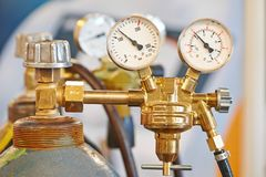 Tanque do cilindro de gás do acetileno da soldadura com calibre Imagem de Stock Royalty Free