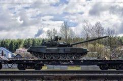 Tanque do russo carregado em uma plataforma da estrada de ferro da carga fotografia de stock royalty free