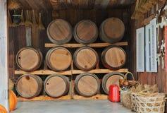 Tanque do tambor da madeira de carvalho empilhado na casa da adega Imagem de Stock