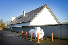 Tanque e edifício de gás Imagem de Stock