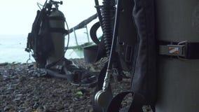Tanque e engrenagem do mergulhador do ar do equipamento do mergulho aut?nomo na costa de mar Mergulhador de mergulhador do homem  vídeos de arquivo