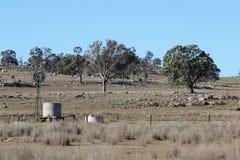 Tanque e moinho de vento velhos Foto de Stock
