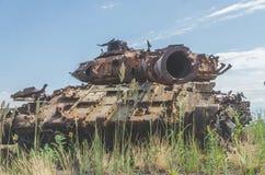 Tanque militar, artilharia, seguida, no campo Fotos de Stock Royalty Free