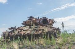 Tanque militar, artilharia, seguida, no campo Foto de Stock Royalty Free