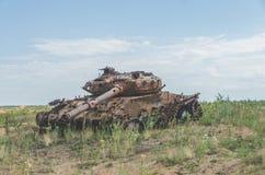 Tanque militar, artilharia, seguida, no campo Imagens de Stock Royalty Free
