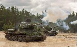 Tanque militar T34 do russo no campo de batalha Fotos de Stock
